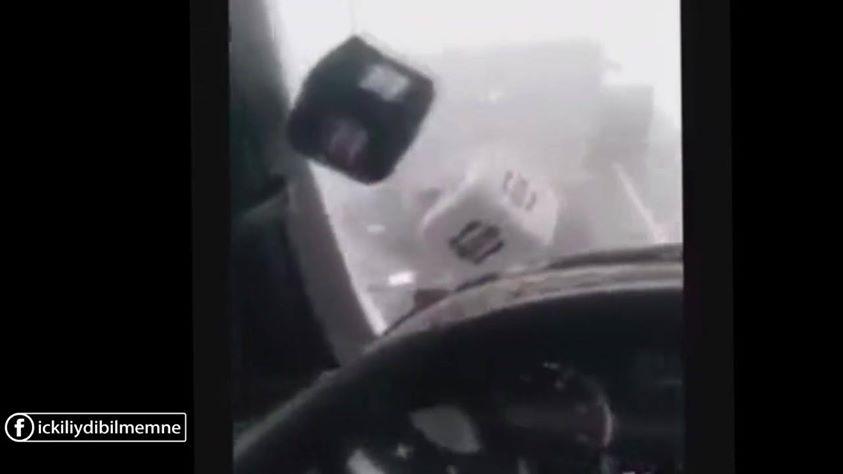 Türkü Söylerken Kaza Yapmış Araçlara Kızıp Küfür Etmek Video Izle