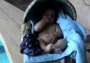Altına işemede çığır açan bebek :))