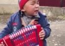 Akordeonuyla Çok İçten Şarkı Söyleyen Çocuk