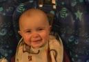 Annesi Şarkı Söylerken Aşırı Duygulanan 10 Aylık Bebek