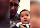 Babasının ağlamasına dayanamayan bebek