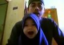 Babasıyla Kur'an-ı Kerim Okuyan Küçük Kız.