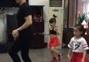 Baba ve Kızlarından Seyretmeye Doyamayacağınız Dans Gösterisi