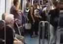 Barselona'da bir metro ve tatlı bir çift