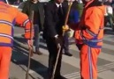 Başkan Adayı Adil Emecan sokakları süpürdü