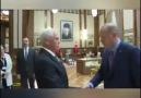 Başkomutan - Kendisine sarılmaya gelen Başkan yardımcısına...