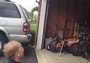 Bebeğin açılan garaj kapısına verdiği tepki )