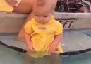 Biz olsak bebek suya düştü diye peşinden atlardık heralde..
