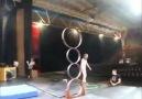 Chinese acrobaat met verbluffende ninja-achtige skills
