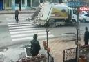 Çöp kamyonu yayaya yol vermek için duran otomobile böyle çarptı