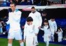 Cristiano Ronaldo ile birlikte sahaya çıkan ufaklığın keyfine diyecek yok