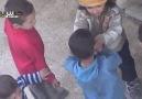 Ekmeğini Paylaşan Suriyeli Küçük Kız!