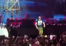 "Eminem sings Queen&&quotWe Will Rock You"" with the crowd in Hawaii"