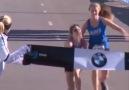 Finale doğru giderken insanlık yarışı gösteren genç koşucu!