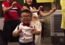 Gözlüklü çocuktan dans şov