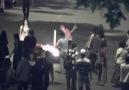 Hem bayrak yaktılar hemde polisi linç ediyorlardı