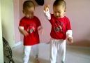 İkiz bebeklerden hayran bırakan Gangnam Style dansı!