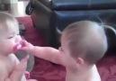 İkizlerin izlenme rekorları kıran emzik paylaşımı