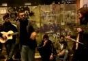 İstiklal 'de Kafası Güzelken Söylediği Şarkı İle Rekor Kırdı