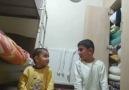Kardeşine namaz kılmayı öğretmeye uğraşan abi