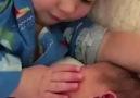 Kardeşini sevmeye doyamayan ufaklık haberturk.comvideo