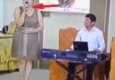 Kemal Çelebi - mikrofonu ters tutan sanatçı