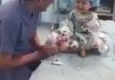 Küçük çocuğu güle eğlene ameliyata hazırlayan doktor