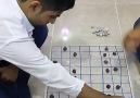 Kürt genci dama oyununda rakibine ters köşe yapıyor