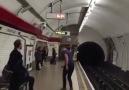 Londra Metrosunda Görünmez Masa Tenisi Oynayan Gençler