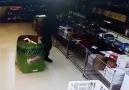 Market çalışanının izleyenleri kahkahaya boğan görüntüsü
