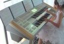 """Menina toca a música-tema de """"De Volta Para o Futuro"""" no teclado"""