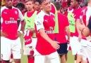 Mesut Özil'in ne bulursa top gibi sektirmesi
