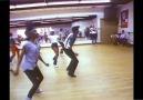 Michael Jackson ensaiando coreografia de Thriller