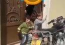 Motor alarmıyla oynayan çocuklar )