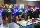 Niños tocan el tema de Star Wars con sables laser