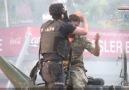 Polis, askeri linç edilmekten kurtarıyor.