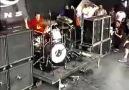 Quando o show t meio parado e o baterista se empolga e faz o palco pegar fogo.