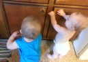Sevimli İkizlerin Eğlenceli Lastik Oyunu.. :))