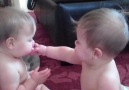 Sevimli İkizlerin Emzik Savaşı :)