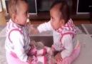 Sevimli İkizlerin Emzik Savaşı Maşallah.. )