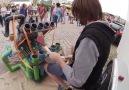 Su borularıyla elektronik müzik yapan sokak sanatçısı.
