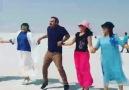 Tuz Gölünde Japonlarla halay...Şırnaklı Abimiz Coşturuyor Turistleri...)