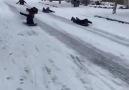 Üç Tuğ - Birisi sokakta kayan çocukları polise şikayet...