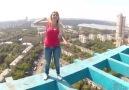 Yüksekte Yürümeyi Seven Sarışın Rus