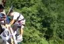 Bungee jumping yapan adama şaka